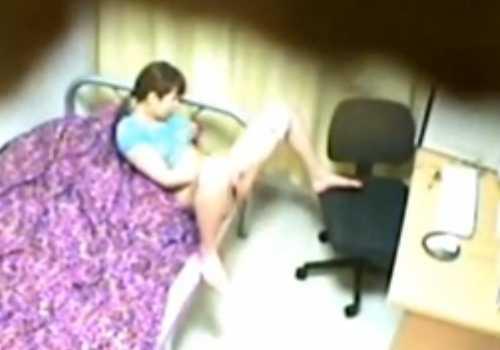盗撮部屋でオナニーする女の子!パソコンの前でパンツを脱ぎ出しベットに移動して激しく指を動かしてる
