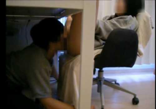 机の下からクンニする男!ベットに移動してもくつろぐ女に頭を踏みつけられたりしながら舐め続ける男