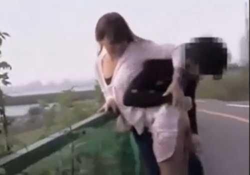無理やりスカートをめくりパンツを脱がされたりずらしたりしてお尻を広げ肛門をぱっくりさせられる女の子たち