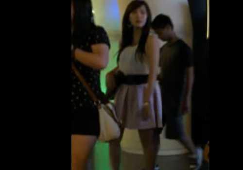 盗撮エスカレーターで逆さ撮り!かわいい子の後ろからスカートを覗くと白のパンチラ、清楚な感じ
