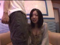 ライブチャットで顔出しNGの彼氏を隣に立たせフェラする彼女!激しくシゴいて顔射させる