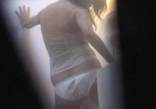 民家盗撮洗面所で洗濯機の角を当てて腰を振りオナニーする女の子!終わるとパンツのシミをチェックしてる