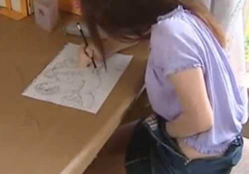 エロ漫画を描きながらパンツに手を入れオナニーしてる女!誰か来て慌ててズボンを直す