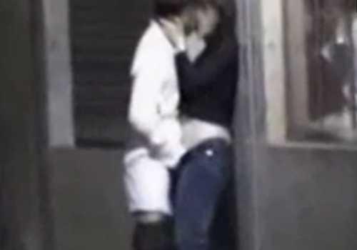 路上で周りを気にせず愛し合うカップル!キスしながら女のズボンに手を入れ男はパンツ丸出しで抱き合ってる