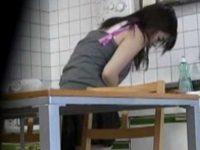 盗撮 台所でオナニー!スカートの中に手を入れもぞもぞしてる、終わると食事を始める