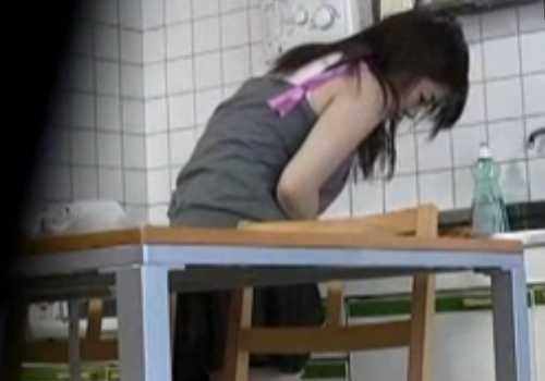 盗撮台所でオナニーしてる女の子!スカートの中に手を入れもぞもぞしてる、終わると普通に食事を始める
