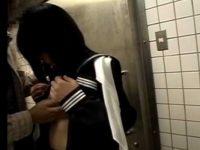 公衆トイレでこそこそハメるカップル!後ろからクンニして挿入、ゴムを外させ精子見て笑顔