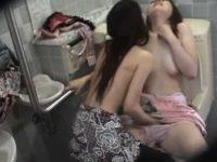 盗撮 トイレでレズプレイ!恥ずかしがる子の服を優しく脱がし手マンでイカせる