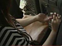 バス車内で座ってる女の手に押し付けると手コキしだす痴女!ハンカチで精子を拭う