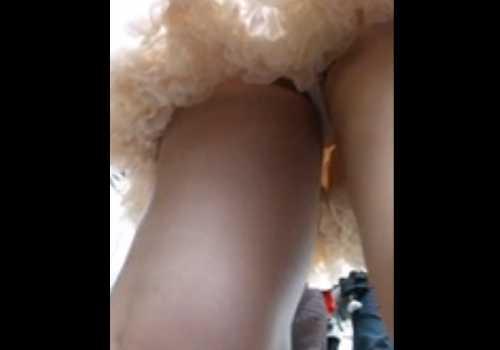 彼氏と歩くかわいいフリフリスカートの子をエスカレーターで逆さ撮り!生足から見える白いパンツ
