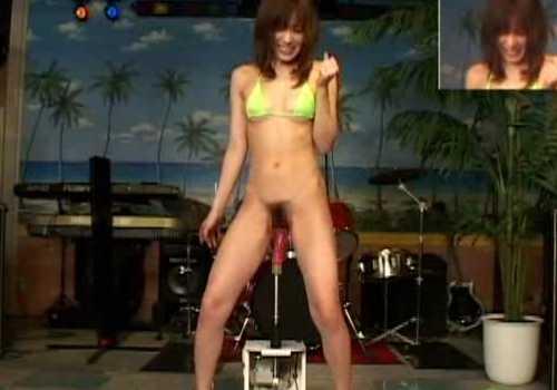 マシンバイブに嬉しそうにゴムを装着して立った状態で挿入!高速回転でイカされる女