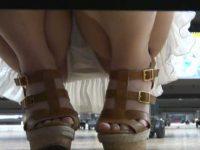 店内でカップルで歩く子を逆さ撮り!しゃがむと棚の下から撮り生足のパンツが丸見え
