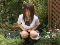 庭でおしっこする制服娘!我慢して帰宅すると鍵が締まってて周りを気にしながらしてる