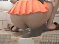 歩いてるだけでパンツ丸見えのミニスカの子が古びた和式トイレでおしっこ!かわいいお尻