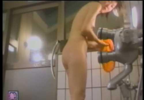 脱衣所盗撮!風呂から上がり隠しながらカラダを拭く女の子たち、みんな丸見え