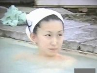 露天風呂盗撮!清楚な感じのかわいい顔をじっくり撮る、立ち上がると微乳に小さめの乳首
