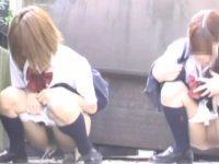 野外で並んでおしっこする制服娘たち!会話しながらパンツを下ろして同時に放尿
