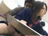 図書館で真面目そうなメガネっ子を襲う!小声で「助けてください!」裏に連れていかれ顔射される