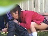 ベンチでハメるカップル!制服姿でチ○ポをしゃぶる彼女、唾を垂らしてシゴくテクニシャン