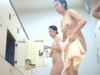 風呂脱衣所盗撮!並んでペチャパイを見せる子や前かがみで迫力あるデカ尻を披露する子