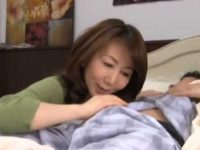 息子のギンギン朝立ちを見て思わず擦る母!シゴきながらオナニーして乳首に擦りつける