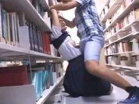 図書館でチ○ポをシゴきながら近づく男!尻に擦り付け無理やりかわいいおっぱいでパイズリ