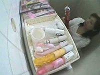 トイレに置かれた「お使いください!」多数のおもちゃ!極太バイブに手を伸ばしオナニー