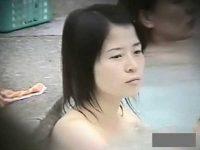 風呂でくつろぐかわいい子を盗撮!クビレがあまりない幼児体型っぽいで小ぶりのおっぱい