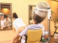 パーマ中に挿入する美容師!勝手に腰を振り喘いで時間になるとあっさり終わってる