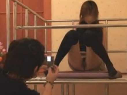 ホテルでセクシー写真を撮影する男女!パンチラからノーパン大股開き、セックスはしない