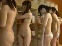 巨乳になれる温泉でレクチャーされみんなでおっぱい揉み!全員かわいい貧乳女たち
