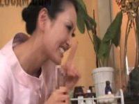 メンズエステで勃起チ○ポをシゴいて見せるとナイショでフェラチオ手コキしてくれる女性