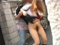 ミニスカ制服娘たちをスカートめくりパンツ下し!突然丸出しにされ下されたまま呆然とする子