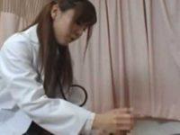 患者の上に跨りパンチラしてる女医!勃起するとパンツを下し手コキ「私もしてください!」欲求不満