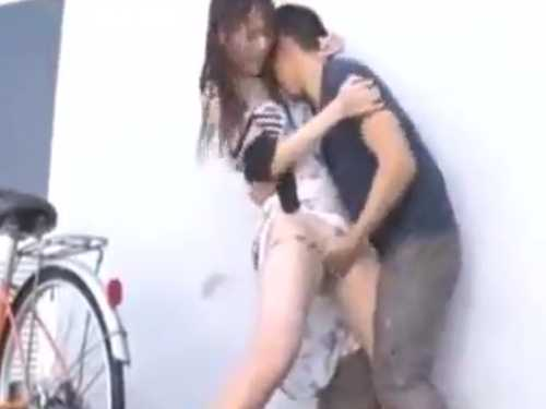 雨の中痴漢に襲われ手マンされる女!公衆トイレに連れ込まれると自ら激しいフェラチオ