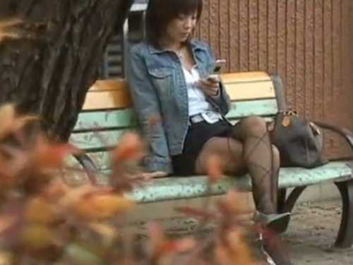 パンチラ盗撮!ベンチで携帯をイジってるセクシーな女、タイトスカートから白パンツをズーム
