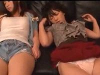 パンチラして並んで寝てる女の子!いたずらしてあそこをイジる、感じてても寝たふり