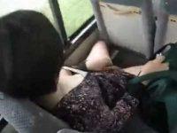 胸チラ盗撮!してたらスカートをめくり車内でおしっこ!周りを気にしながら大股開き