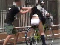 強襲スカートめくり!悲鳴を上げる制服娘たち、自転車で丸出しにされ逃げられない