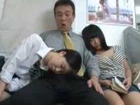 ありえないエロハプニング!隣で寝てる子がもたれかかり偶然フェラや転んで挿入