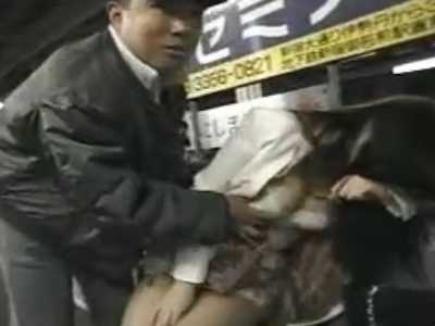 駅のホームで酔っ払いOLに痴漢「大丈夫!」脱がせておっぱいを揉みまくるおじさん