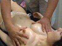 マッサージで乳首コリコリされて「おしっこ出ちゃいそうです!」かわいい女の子