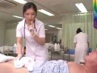 体を拭く看護婦にチ○ポをピクピクさせて「お願いします!」こっそり手コキ抜き