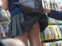 ミニスカノーパン女を後ろからそーっとスカートめくり!バレないように強制露出