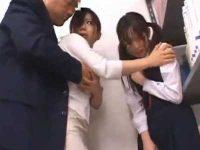 痴漢される娘を助けるきれいな母「私を触って下さい!」豪快に手マンされ挿入