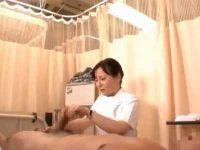 戸惑いながら手コキ「こうですか?」指示通り亀頭と玉を同時にイジる熟女看護婦