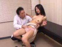 「おキレイですね!」おっぱいの形を褒められて喜ぶ患者に中出しする悪徳医師