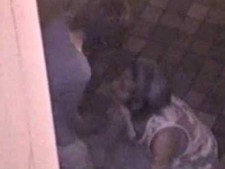 野外セックス盗撮!ビルの陰で彼氏に立ったまま手マンされ足が震えてる彼女
