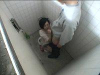 公衆トイレでアルバイトする女の子たち!男を口でイカせるとすぐ出て行ってしまう
