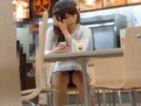店内で座ってるかわいい女の子!スマホに夢中で足をパタパタさせて白パンティー